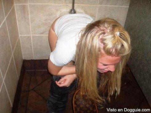 chicas-borrachas-orinando-11