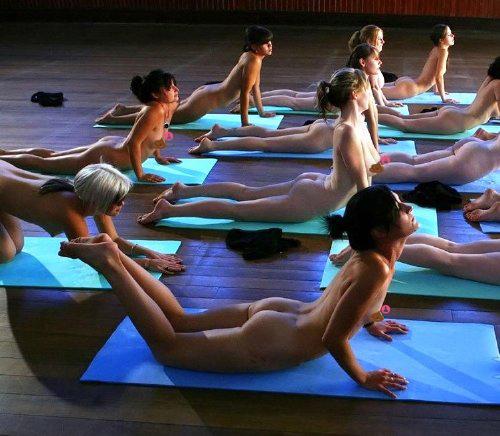 Des hommes et des femmes font du yoga tout nu